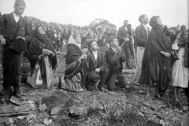 The_crowd_looking_at__the_Miracle_of_the_Sun__occurred_during_the_Our_Lady_of_Fatima_apparitions_Public_Domain_CNA